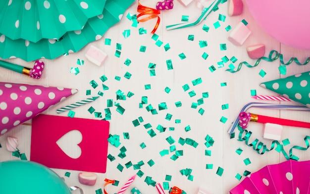 Concepto adorable de cumpleaños con elementos de fiesta coloridos