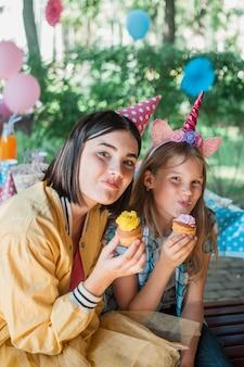 Concepto adorable de cumpleaños con familia feliz