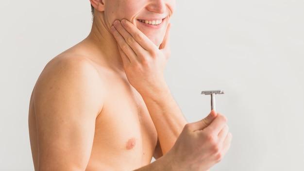Concepto de afeitar con hombre atractivo joven