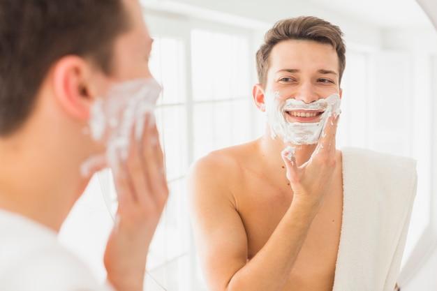 Concepto de afeitar con hombre atractivo