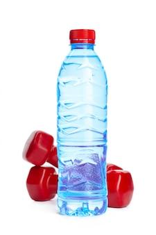 Concepto de agua potable botella de agua aislada