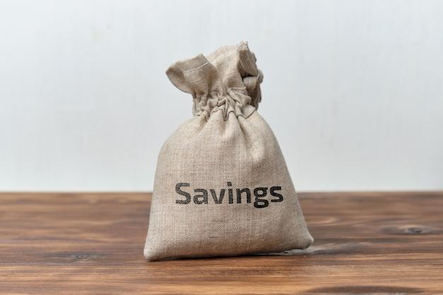 Concepto de ahorro de dinero en una bolsa de tela