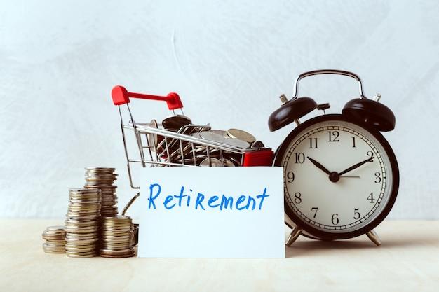 Concepto de ahorro de dinero. carrito de compras o carro con monedas