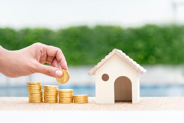 Concepto de ahorro de dinero. mano de mujer sosteniendo presupuesto comprar casa agente inmobiliario.