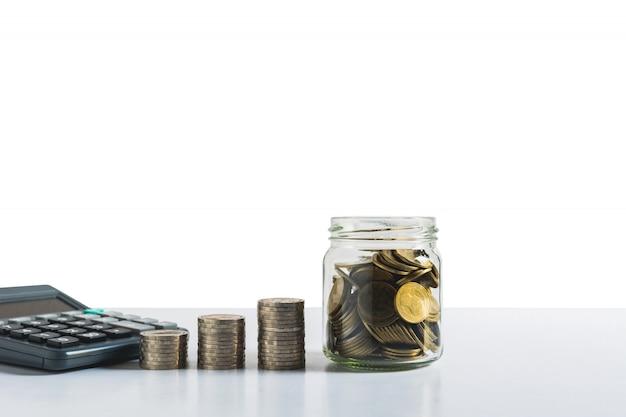 Concepto de ahorro de dinero con pila de monedas de dinero.
