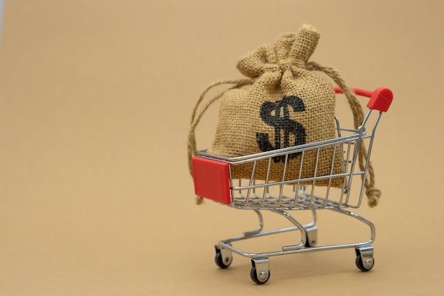 Concepto de ahorro de dinero de la recolección de monedas (dinero tailandés) en un carrito de compras