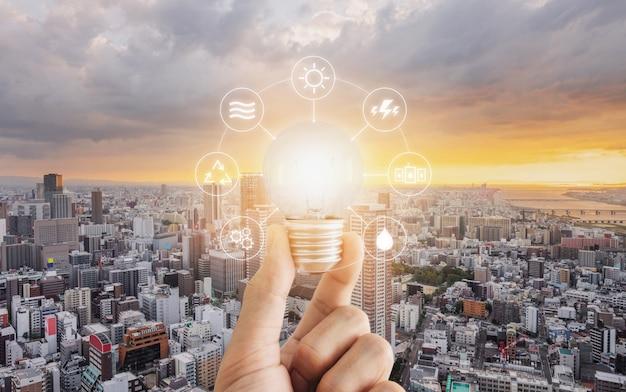 Concepto de ahorro de energía con bombilla