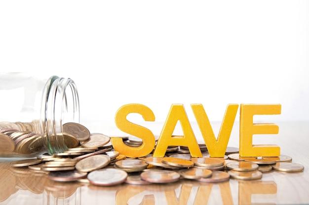 Concepto de ahorro. guardar palabra poner en monedas y botellas de vidrio con monedas dentro