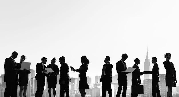 Concepto al aire libre de la silueta de la reunión de los hombres de negocios de nueva york