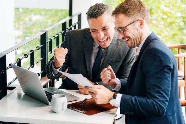 Concepto alegre de los empresarios del éxito del gesto