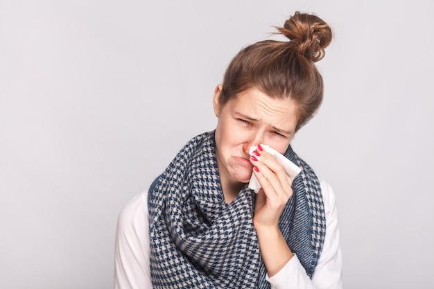 Concepto de alergia o virus. closeup retrato de mujer enferma mirando a cámara