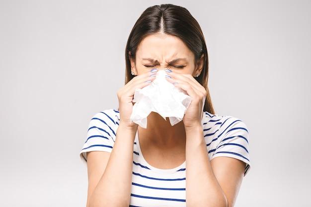 Concepto de alergia y resfriado de rinitis sanitaria de personas