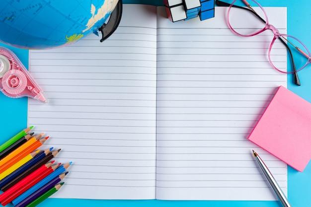 Concepto de alfabetización del día internacional con herramientas de aprendizaje