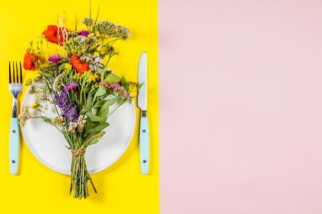 Concepto de alimentación saludable y hierbas medicinales, vista plana, vista superior