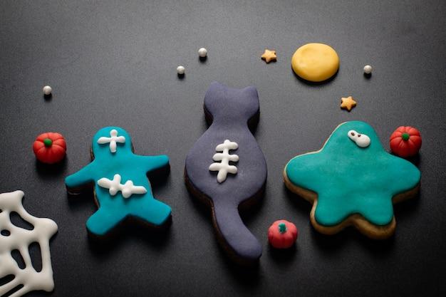 Concepto de alimentos galletas de azúcar caseras de lujo fondant monstruo para fiesta o fiesta de halloween