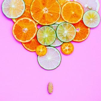 Concepto de alimentos y medicina saludable. los agrios mezclados cortados en el fondo rosado ponen plano.