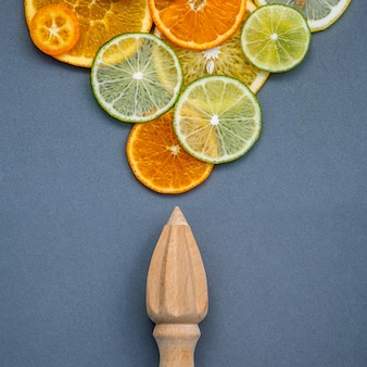 Concepto de alimentos y medicina saludable. mezcla de cítricos en rodajas sobre fondo gris plano.