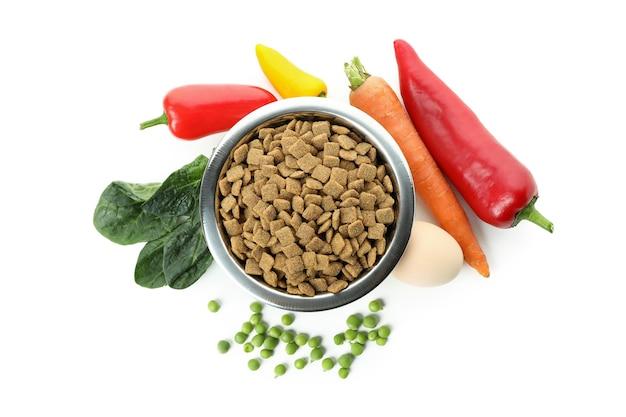 Concepto de alimentos orgánicos para mascotas aislado en blanco