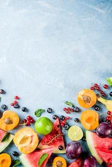 Concepto de alimentos vitamínicos, varias frutas y bayas sandía melocotón menta ciruela albaricoques grosella de arándanos