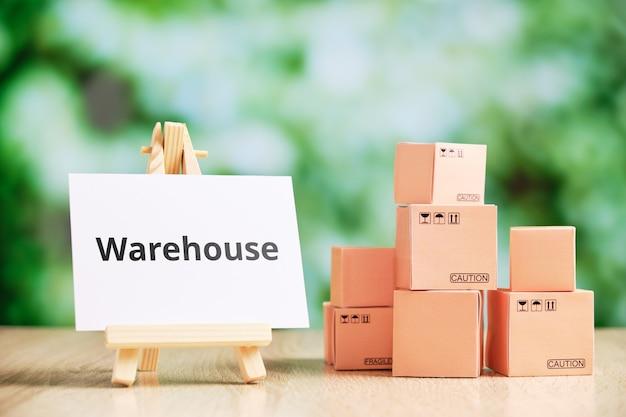 Concepto de almacén para almacenar mercancías antes de la entrega por mensajería.
