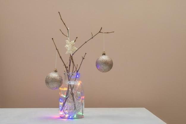 Concepto alternativo de árbol de navidad. árbol de navidad hecho de ramas y decorado con copos de nieve de ganchillo y bolas doradas.