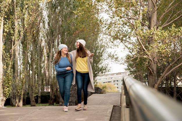 Concepto de amistad con dos chicas en el parque