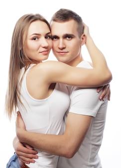 Concepto de amor, familia y personas: hermosa pareja feliz abrazándose.