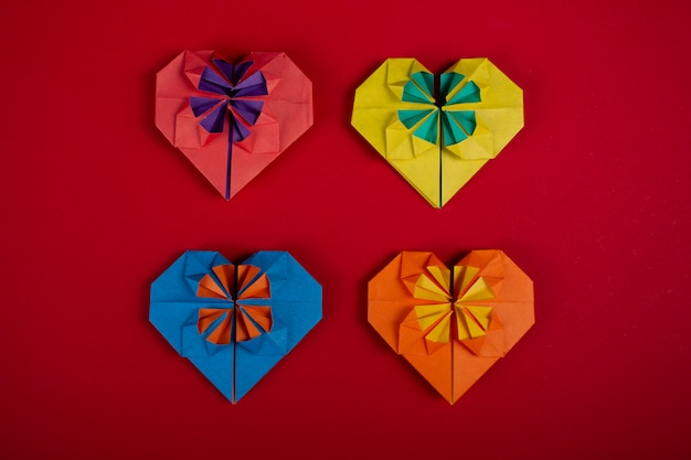 Concepto de amor hecho a mano papercraft origami hecho a mano corazones de papel de colores disparo superior primer plano