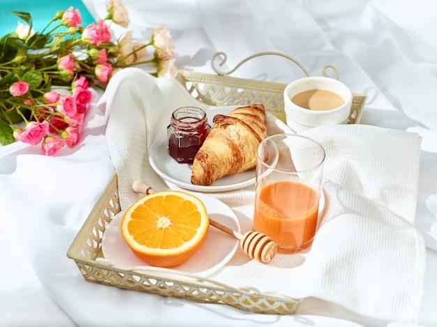 El concepto de amor en la mesa con desayuno