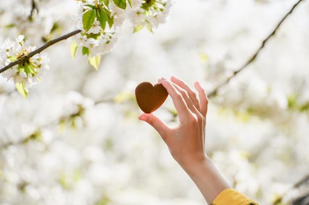 El concepto de amor por la naturaleza. floración de verano. cuida la naturaleza