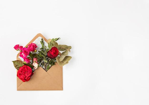 Concepto de amor o día de san valentín. hermosas rosas rojas en sobres