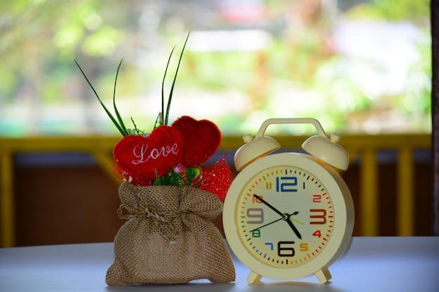Concepto de amor con tiempo y reloj