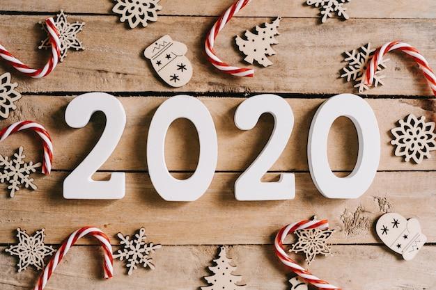 Concepto de año nuevo 2020 en mesa de madera y fondo de decoración de navidad.