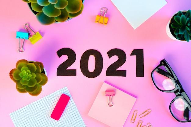 Concepto de año nuevo 2021 sobre fondo rosa