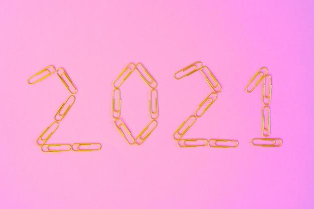 Concepto de año nuevo 2021 en la vista superior de fondo rosa