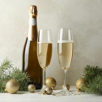Concepto de año nuevo con champagne en mesa de madera blanca