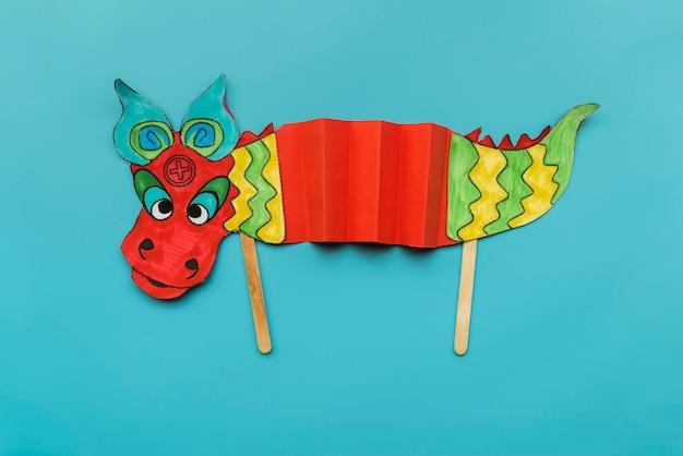 Concepto de año nuevo chino con dragón hecho a mano