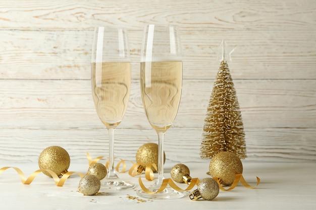 Concepto de año nuevo con copas de champán