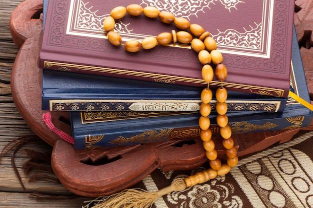Concepto de año nuevo islámico de primer plano con misbaha