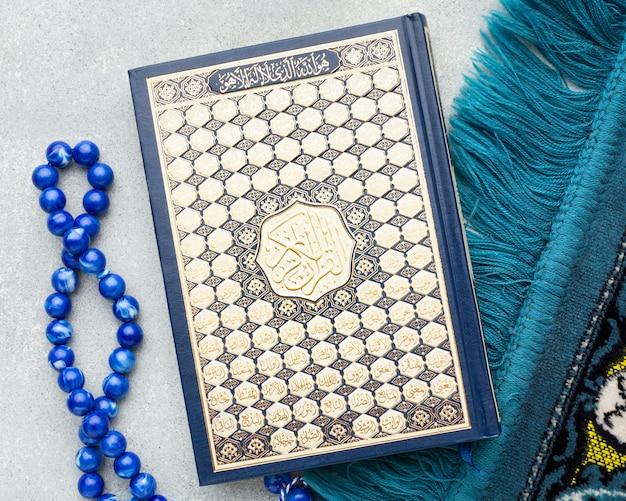 Concepto de año nuevo islámico de vista superior con libro de corán
