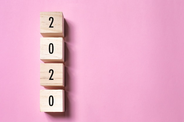 Concepto de año nuevo con texto 2020 en forma de cubo de madera, espacio de copia