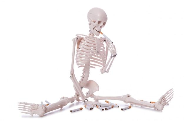 Concepto antitabaco con cigarrillos y calavera.