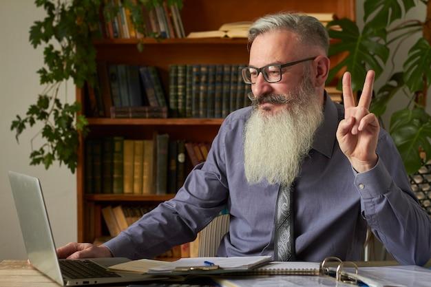 Concepto de aprendizaje a distancia. profesor tutor mirando la computadora portátil y agita su mano hacia el interlocutor