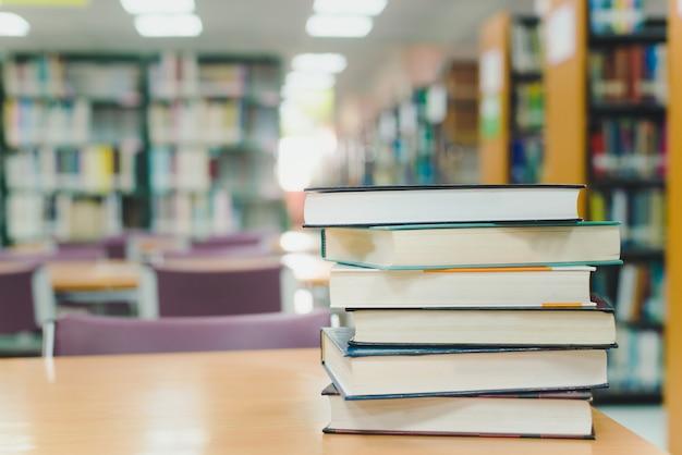 Concepto de aprendizaje de educación con libro de apertura en la antigua biblioteca.