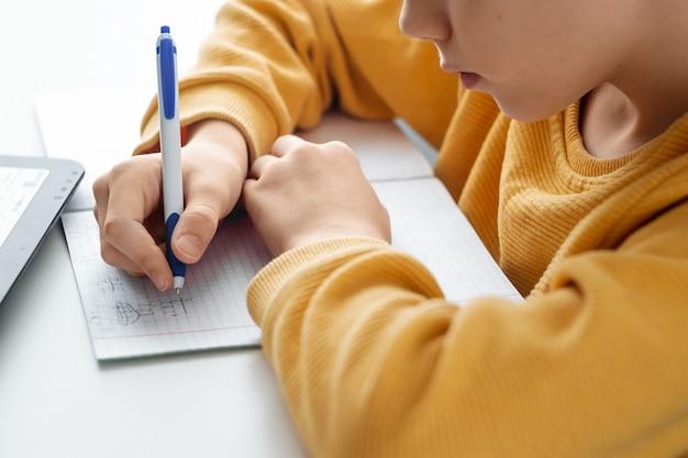 El concepto de aprendizaje en línea, aprendizaje a distancia en el hogar, tecnología, escuela.
