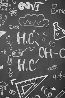 Concepto de aprendizaje. de vuelta a la escuela. fondo con inscripciones del curso escolar. las fórmulas están escritas en una pizarra.