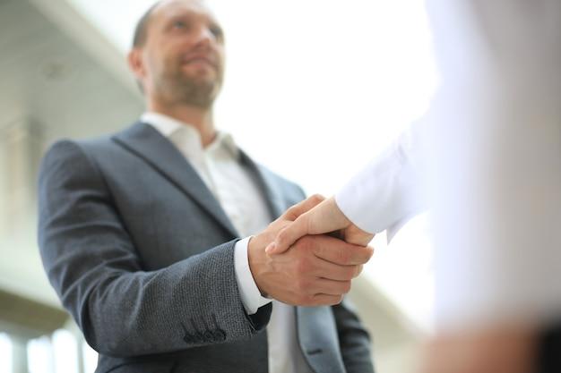 Concepto de apretón de manos de asociación empresarial. foto proceso de apretón de manos de dos compañeros de trabajo. acuerdo exitoso después de una gran reunión.