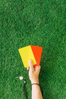 Concepto de árbitro con mano sujetando tarjetas