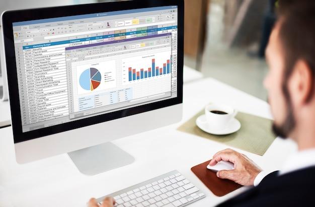 Concepto de archivo de informe de presupuesto de marketing de hoja de cálculo