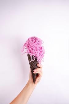 Concepto de arte contemporáneo. bola de hilo helado. proyecto minimalista de comida rápida divertida.